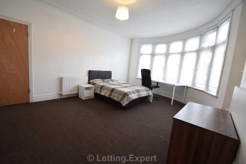 1 bedroom house share to rent - IS THIS THE BIGGEST ROOM YOU HAVE EVER SEEN - ITS HUGE! West Road, Westcliff On Sea