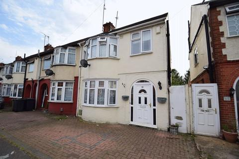 4 bedroom end of terrace house - Chester Avenue, Luton