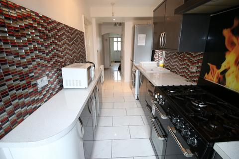 5 bedroom semi-detached house for sale - Meadow Road, FELTHAM, Middlesex, TW13