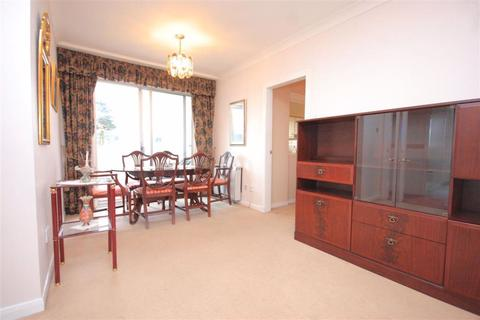 3 bedroom flat to rent - East Court
