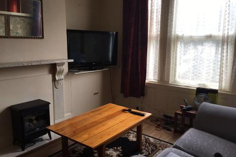 Studio to rent - Carlton Road
