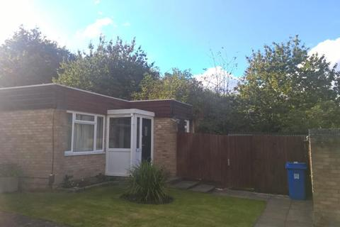 2 bedroom detached bungalow to rent - Pine Close, Horsell, GU21