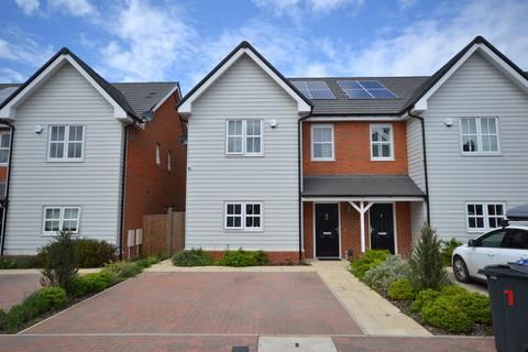 4 bedroom semi-detached house for sale - Orchard Way, Stanford-le-Hope, SS17