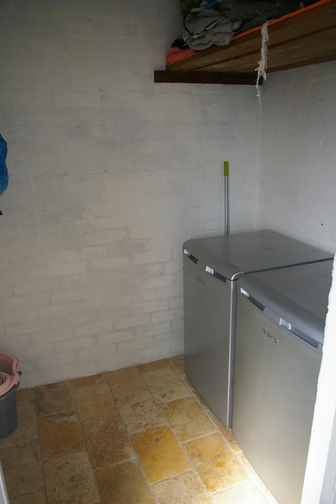 Outbuildin:  fridge/freezer