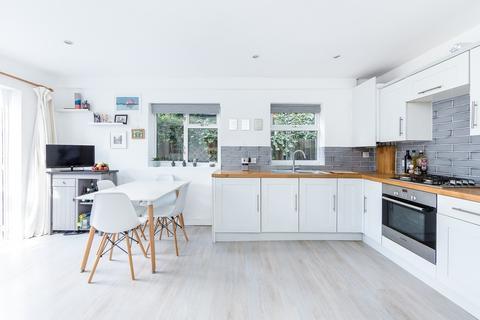 2 bedroom ground floor flat for sale - Valetta Road, Shepherds Bush, London, W3