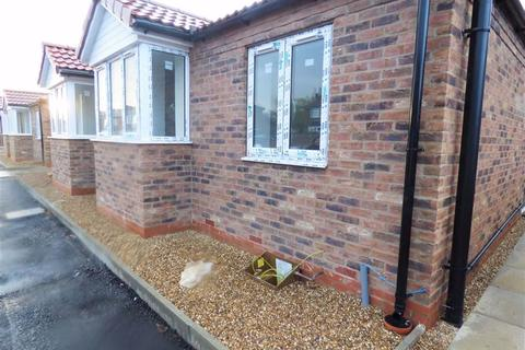2 bedroom semi-detached bungalow for sale - Meadow Road, Driffield
