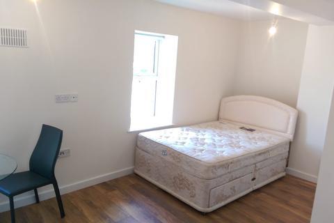 Studio to rent - High Street North, Dunstable LU6