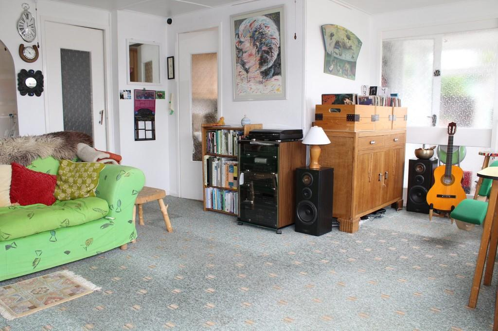 SITTING ROOM (Photo 1)