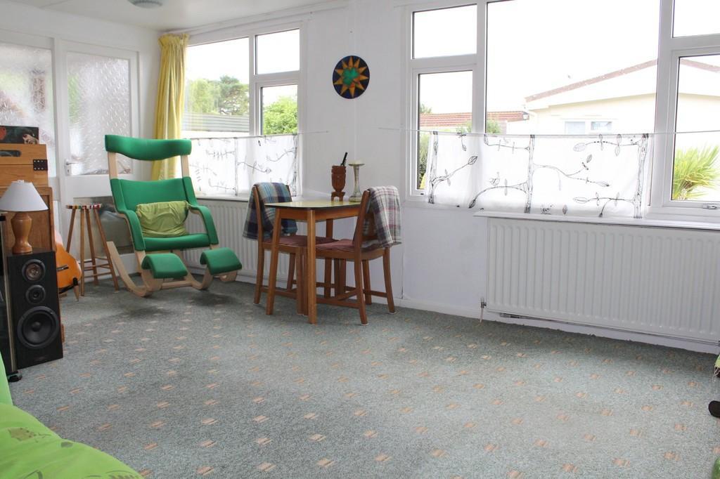 SITTING ROOM (Photo 3)