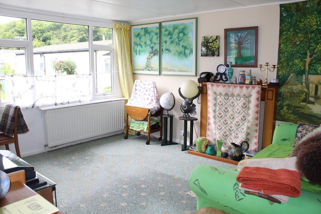 SITTING ROOM (Photo 2)