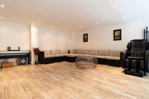 2 bedroom apartment for sale - Princess Park Manor, Royal Drive, London, N11 3GX