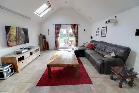 4 bedroom chalet for sale - Old Church Road, Hopton, NR31