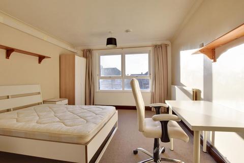 4 bedroom terraced house to rent - St Helens Close, Uxbridge UB8 3RS