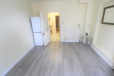 Studio to rent - Swakeleys Road, Ickenham