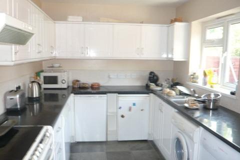 3 bedroom semi-detached house to rent - Helen Avenue, Feltham