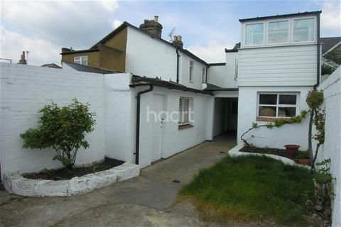 2 bedroom flat to rent - Station Approach