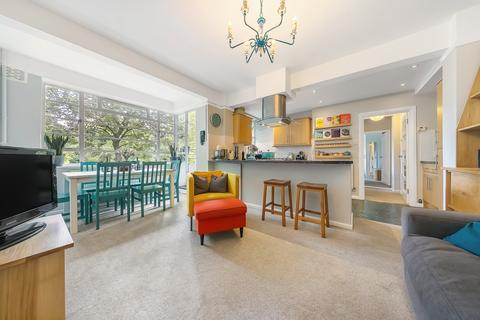 2 bedroom flat for sale - Dumbarton Court, Brixton, London SW2
