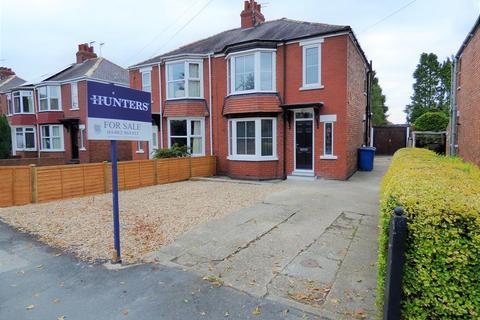 3 bedroom semi-detached house for sale - Woodhall Way, Beverley, HU17 7BJ