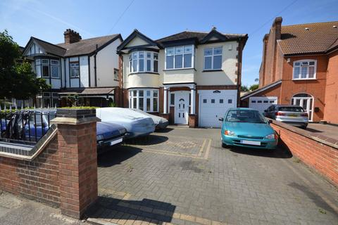 5 bedroom detached house for sale - Pettits Lane, Romford, RM1