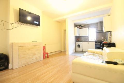 2 bedroom flat for sale - LARGE FLAT WITH PRIVATE REAR GARDEN on Westbourne Road