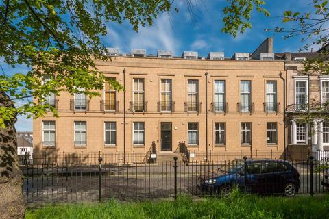2 bedroom property for sale - 12/10 Hopetoun Crescent, Edinburgh, EH7 4AU