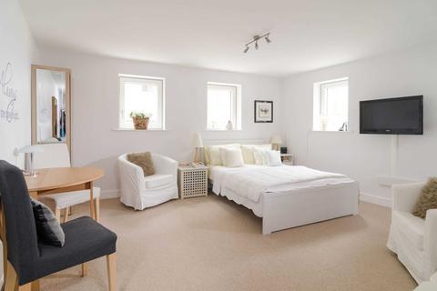 Studio to rent - Norfolk Court