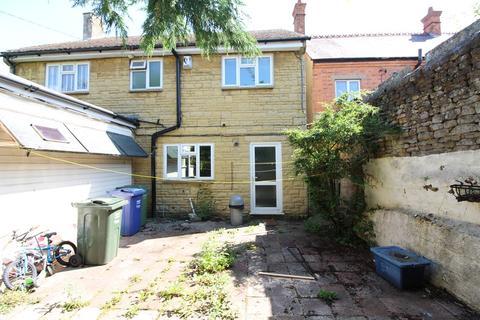 3 bedroom flat to rent - Post Office Flat, High Street, Bloxham OX15 4LT