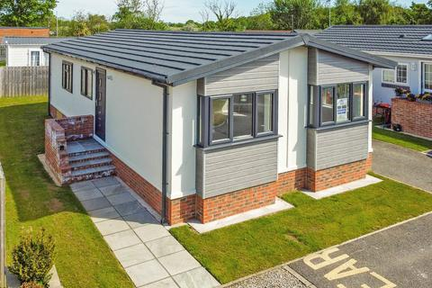 2 bedroom detached bungalow for sale - Sheriff Hutton Road, Strensall, York, YO32