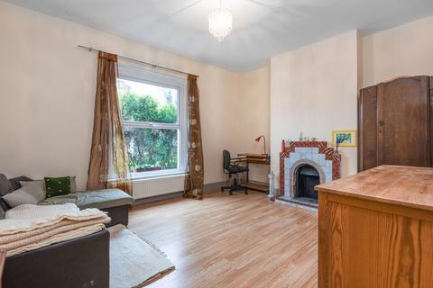 3 bedroom semi-detached house to rent - Woodhill London SE18