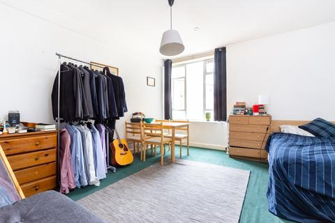 Studio to rent - Charterhouse Square, City, EC1M