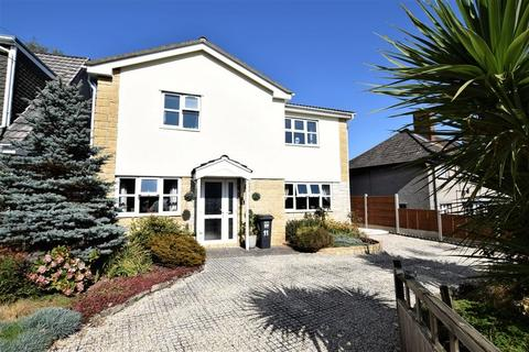 4 bedroom detached house for sale - Spacious family home in hillside location