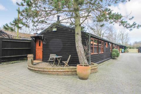 3 bedroom barn conversion to rent - Stocks Road, Aldbury