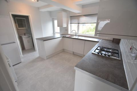 5 bedroom semi-detached house to rent - Hereford Road, Feltham