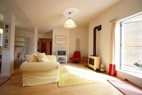 3 bedroom property to rent - Holyrood Road