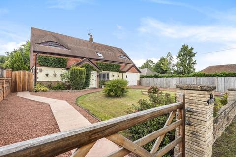 4 bedroom detached bungalow for sale - Thorpe Village, Surrey, TW20