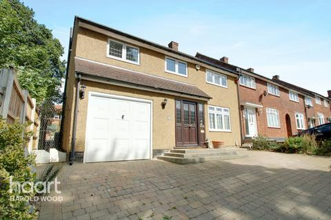 5 bedroom end of terrace house for sale - Wickford Drive, Romford
