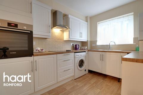 2 bedroom flat for sale - Princes Road, Romford, RM1