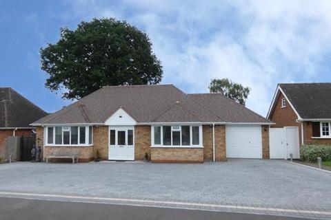 3 bedroom detached bungalow - Wavenham Close, Four Oaks