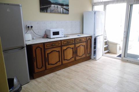 3 bedroom semi-detached house to rent - St. Andrews Avenue, Elm Park, Hornchurch RM12