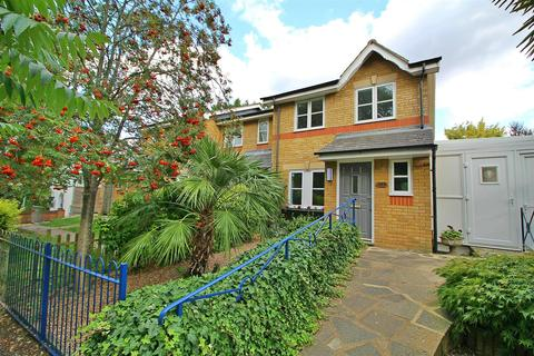 3 bedroom end of terrace house for sale - Lonsdale Drive, Enfield