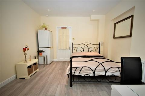 Studio to rent - Swakeleys Road, Ickenham, UXBRIDGE, Middlesex