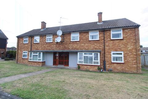 2 bedroom flat for sale - CHAIN FREE on Helmsley Close, Luton