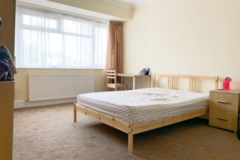 1 bedroom in a house share to rent - Gibbon Road, Acton, W3