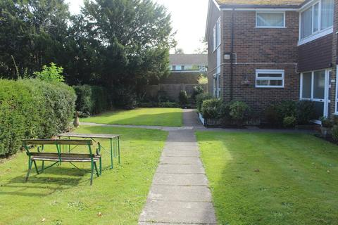 2 bedroom flat for sale - Storrington - close to the village