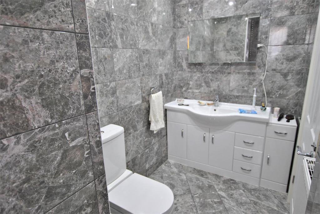 11 Beach Green GF bathroom.jpg