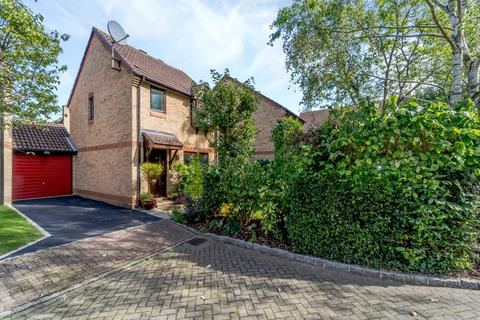 3 bedroom detached house for sale - Badgers Close, Woking, GU21