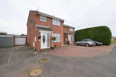 3 bedroom semi-detached house for sale - Kingfisher Close, Colchester, CO4 3FY