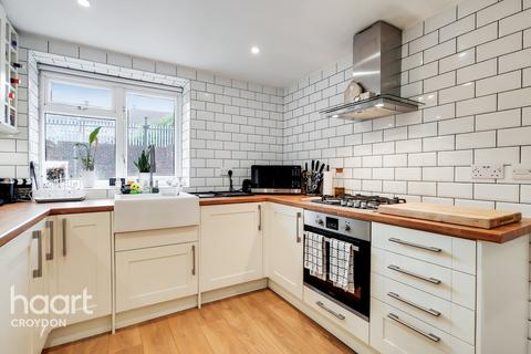 2 bedroom maisonette for sale - Frensham Drive, Croydon