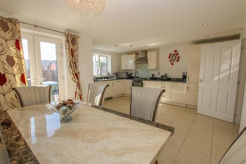 5 bedroom townhouse for sale - Nicholas Charles Crescent, Aylesbury