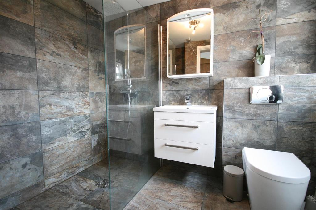 En suite shower room/wc